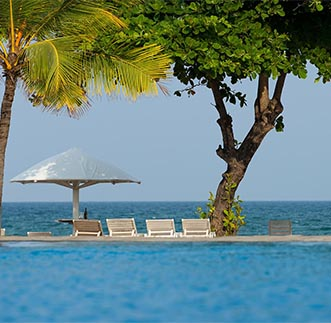 The vast pool & day beds overlooking the Trinco beach